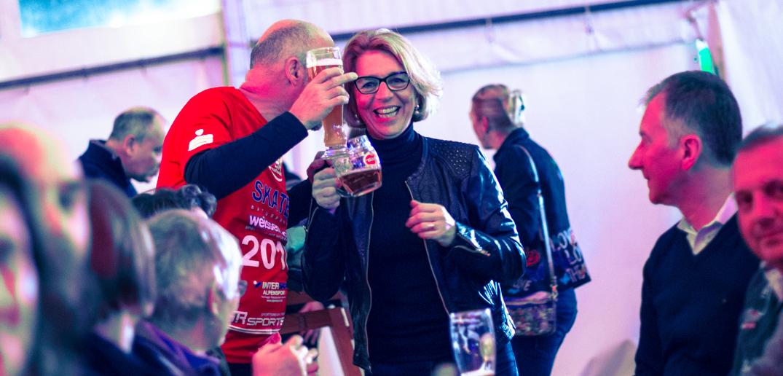"""Lachende Gesichter gibt es jedes Jahr auch auf dem """"Blarenbal"""" nach dem Volkslauf. Im Bild Thomas NEMETH ( skate_weissensee) mit Emese UNYADY ( Eisschnelllauf Olympiasiegerin )"""